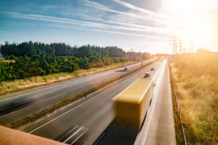 Beaucoup de camions et de voitures sur une autoroute - concept de transport