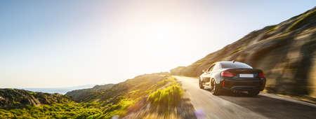 voiture de location en espagne route de paysage de montagne au coucher du soleil