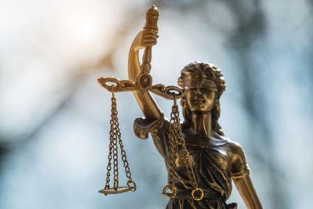 La estatua de la justicia: la dama de la justicia o Iustitia / Justitia, la diosa romana de la justicia en la oficina del abogado