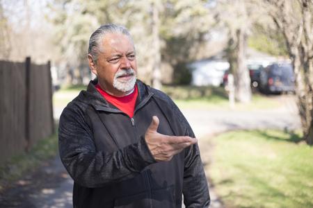 屋外手と話している魅力的な成熟した男性。 写真素材
