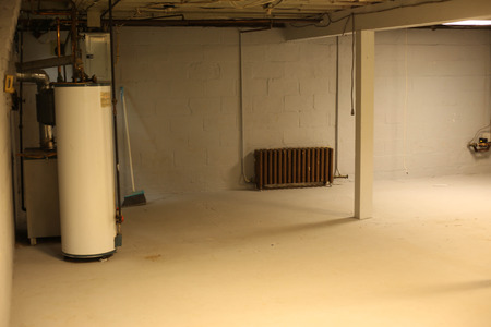 Basement view with water heater, furnace and pipes. Banque d'images