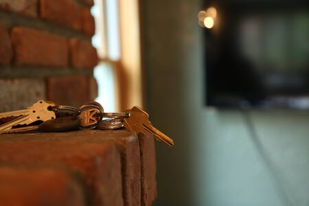 Side angle of a red brick fireplace in a living space with keys on mantle. Imagens - 87759205