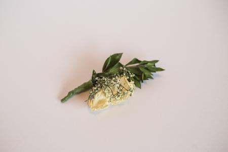 Rose Boutonniere auf weißem Hintergrund. Standard-Bild