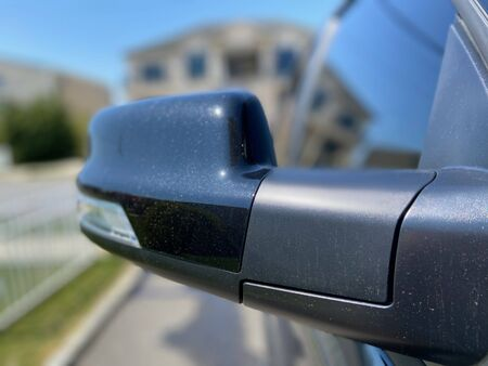 Exterior side view mirror on a black pick up truck. Imagens
