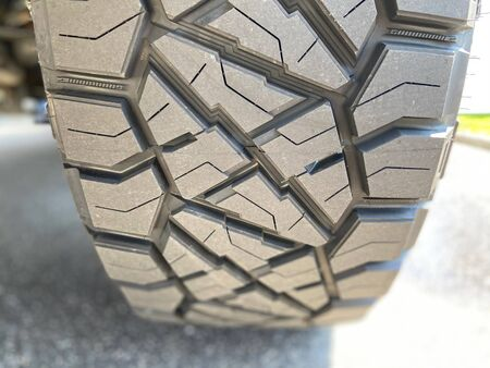 Black tire on a pick up truck with custom rims. Imagens - 146643210