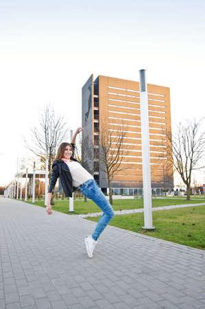 estilo urbano: Muchacha de salto de estilo urbano Activo Foto de archivo
