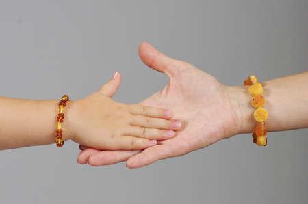 Lánya kézzel játszik anyja kezét