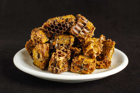 bee pollen: Stapel van bijen pollen of bijen brood op de zwarte achtergrond