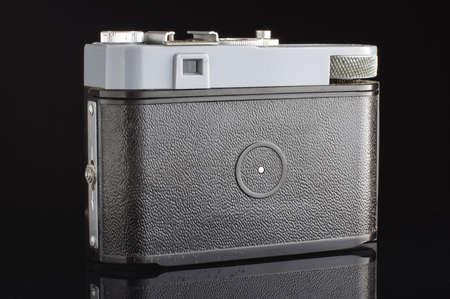 Régi filmes fényképezőgép vissza a keresővel elszigetelt a fekete háttér Stock fotó