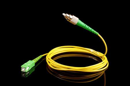 fiber cable: Vliegende glasvezelkabel die op de zwarte achtergrond