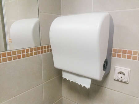 Modern dispenser voor papieren handdoeken in de badkamer Stockfoto