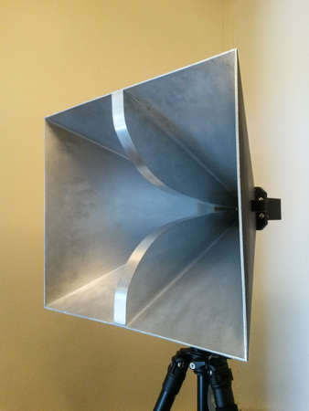 impedance: Pyramidal horn microwave frequency antenna