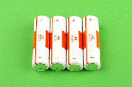 electrolytic: Cuatro pilas AA aislados en el fondo verde