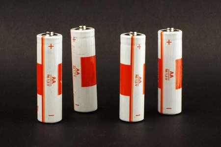 electrolytic: Cuatro pilas AA aislados sobre el fondo negro Foto de archivo