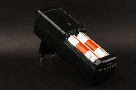 electrolytic: Cargador de bater�a AA aislados sobre el fondo negro