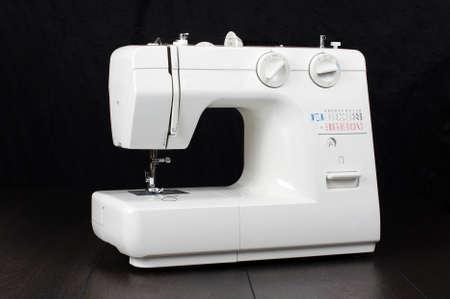 maquinas de coser: Completa m�quina de coser autom�tica aislada en el fondo oscuro
