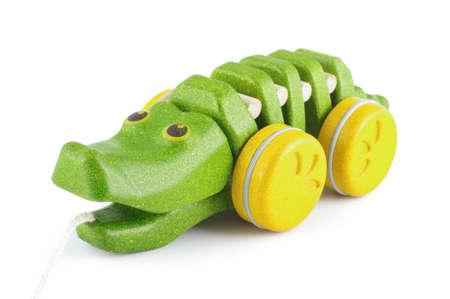 pull toy: Tire lo largo del juguete cocodrilo de madera org�nica aislada en el fondo blanco