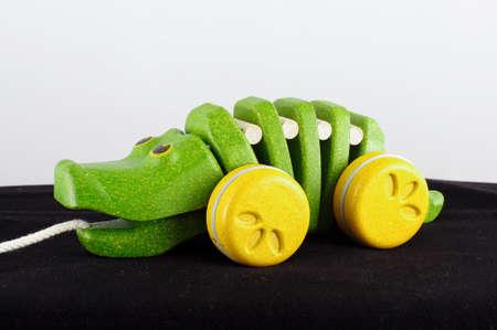 pull toy: Tire lo largo del juguete cocodrilo de madera org�nica
