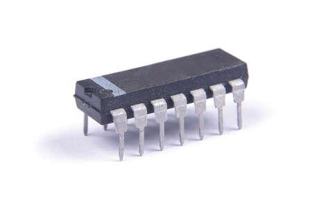 circuito integrado en el paquete DIP aislado en el fondo blanco