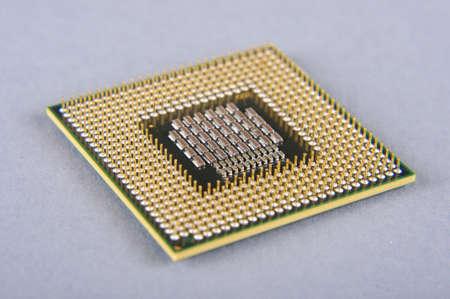 Microprocesador aislado en el fondo gris