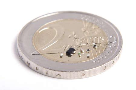 transistor: Alta integración concepto de sistema electrónico pequeño transistor y 0402 partes en comparación con moneda de 2 euros Foto de archivo