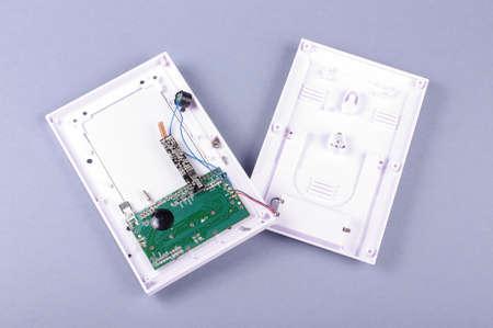 dispositivo electrónico desmontado en carcasa de plástico aislado en el fondo gris