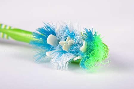 dientes sucios: la cabeza del cepillo de dientes usado y cerdas de cerca de macro