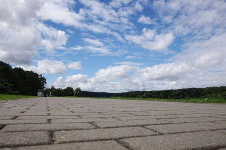 Basso angolo di vista di percorso di pietre da lastrico a Bir?tonas Lituania