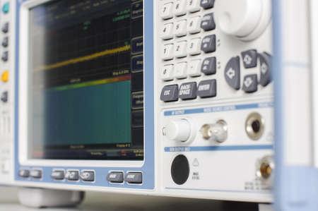 電磁コンプライアンス テスト受信機をクローズ アップ