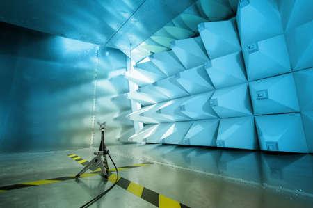 Intérieur de la cellule GTEM et de la sonde pour les tests de compatibilité électromagnétique
