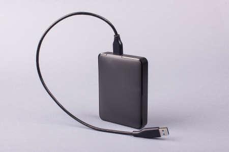 disco duro: Externo 2.5 '' disco duro HDD aislado en el fondo gris