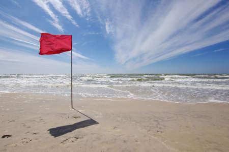Rode vlag in het strand badverbod
