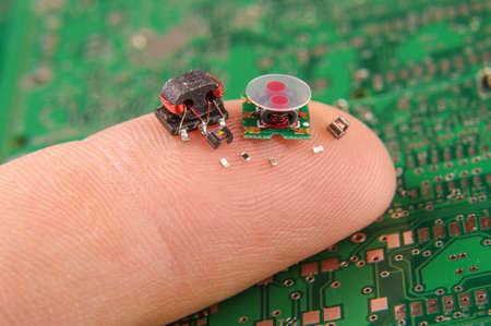 人間の指に小さな電子部品