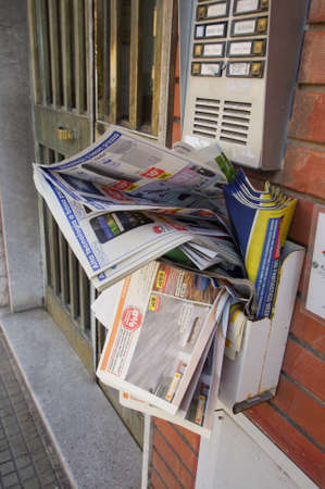 PISA, ITALY - JULY 30, 2017: Mailbox overfilled with spam on the wall of the house in Pisa, Italy. 免版税图像