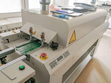 La placa de circuito impreso después del ensamblaje completo se mueve para refluir la máquina del horno para calentar la pasta de soldadura