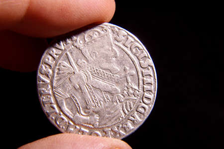 Numismatics specialist holding old silver Magnus Ducatus Lithuaniae ort coin (14 thaler) Stockfoto