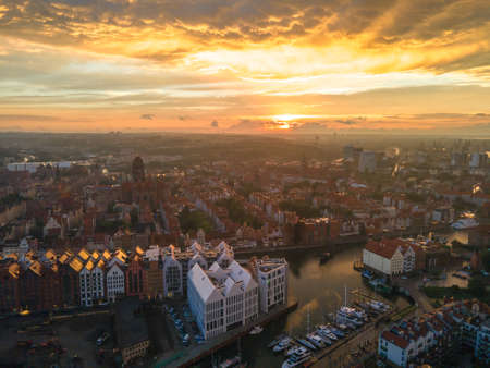 Aerial sunset view of the amazing old town of Gdansk (Poland), member of Hanseatic League with ships and yachts in the river Banque d'images