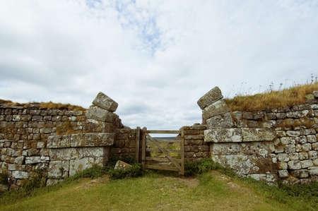 hadrian: Hadrians muro construido por los legionarios del emperador romano Adriano que separa Inglaterra y Escocia