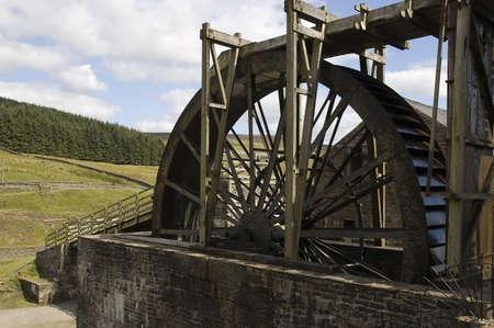 molino de agua: Antiguo molino de agua de madera de estilo en acci�n