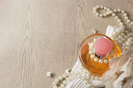 vistiendose: Elegancia botella de perfume con perlas blancas Foto de archivo