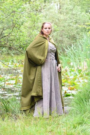 espadas medievales: mujer joven Foto de archivo