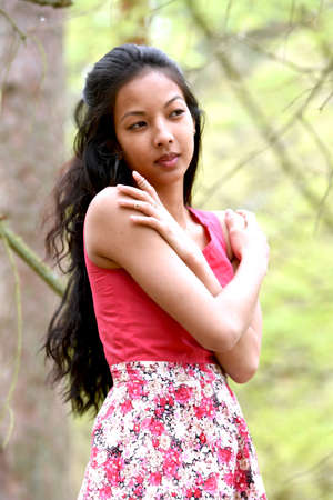 Sun flower: junge Frau in einem Park im Frühjahr