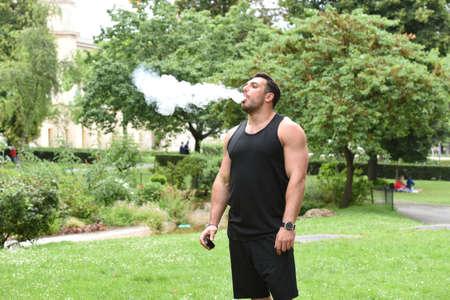 hombre fumando: joven fumar