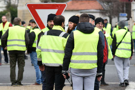 demonstration of yellow vest in december 2018 in fontainebleau in france Banque d'images - 139769231