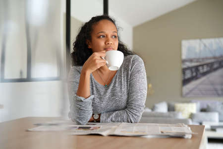 metis woman having coffee at home Banque d'images