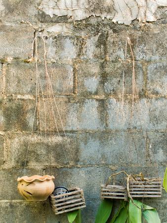 bloque de hormigon: Antiguo muro de bloques de hormig�n con vac�os que cuelgan macetas