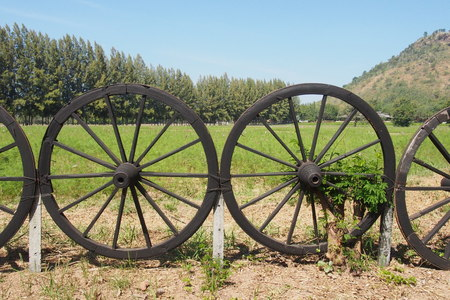 bogey: Old wagon wheel for the garden fence