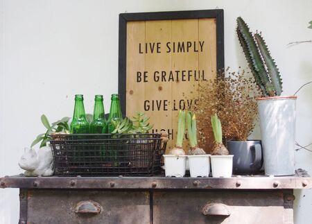 decoracion mesas: decoraci�n del jard�n con el marco, peque�os platos, botellas y el bulbo