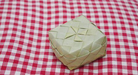 checker board: Peque�a cesta tejida en la tela de damero rojo
