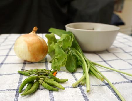 checker board: cerr� con un alza de verduras frescas de cebolla enfoque lechuga en chile en el facric tablero de ajedrez